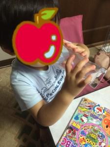 純金ピンクのおいしい水を飲む子供