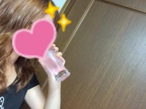 純金ピンクのおいしい水を飲む姿