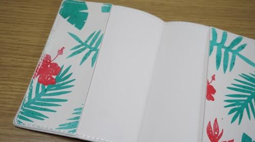 トロピカルデザインのパスポートケース