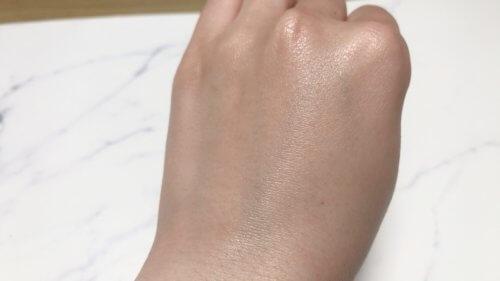 CONJU プリンセスリッチエッセンス美容液を伸ばした肌